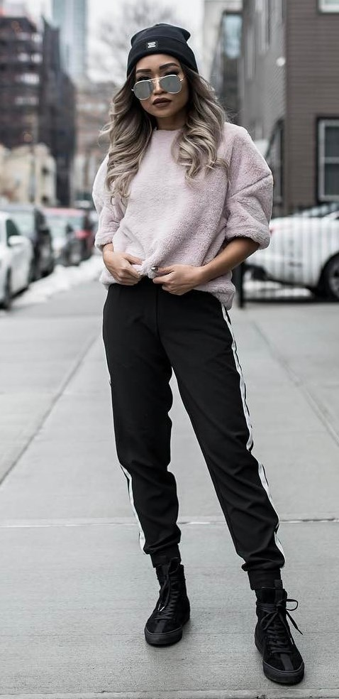 ootd: hat + sweatshirt + black pants + sneakers