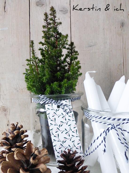 Dekoration Weihnachten Advent mit Kerzen und Mini-Tannenbaum