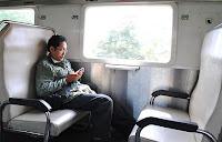 mabuk duduk sendiri dalam kereta api