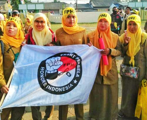 Marpuah, Guru Honorer Yang Menjadi Relawan Kesehatan Untuk Kampungnya