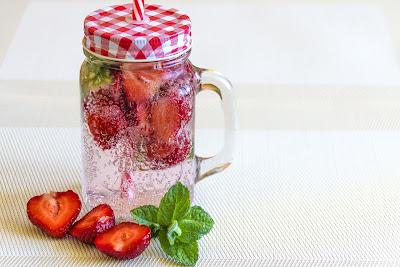 Agua perfumada con fresa y hierbabuena