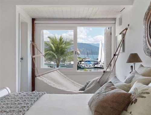 Camera da letto bianca con amaca