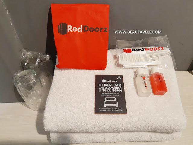 Bathroom kit yang disediakan oleh RedDoorz