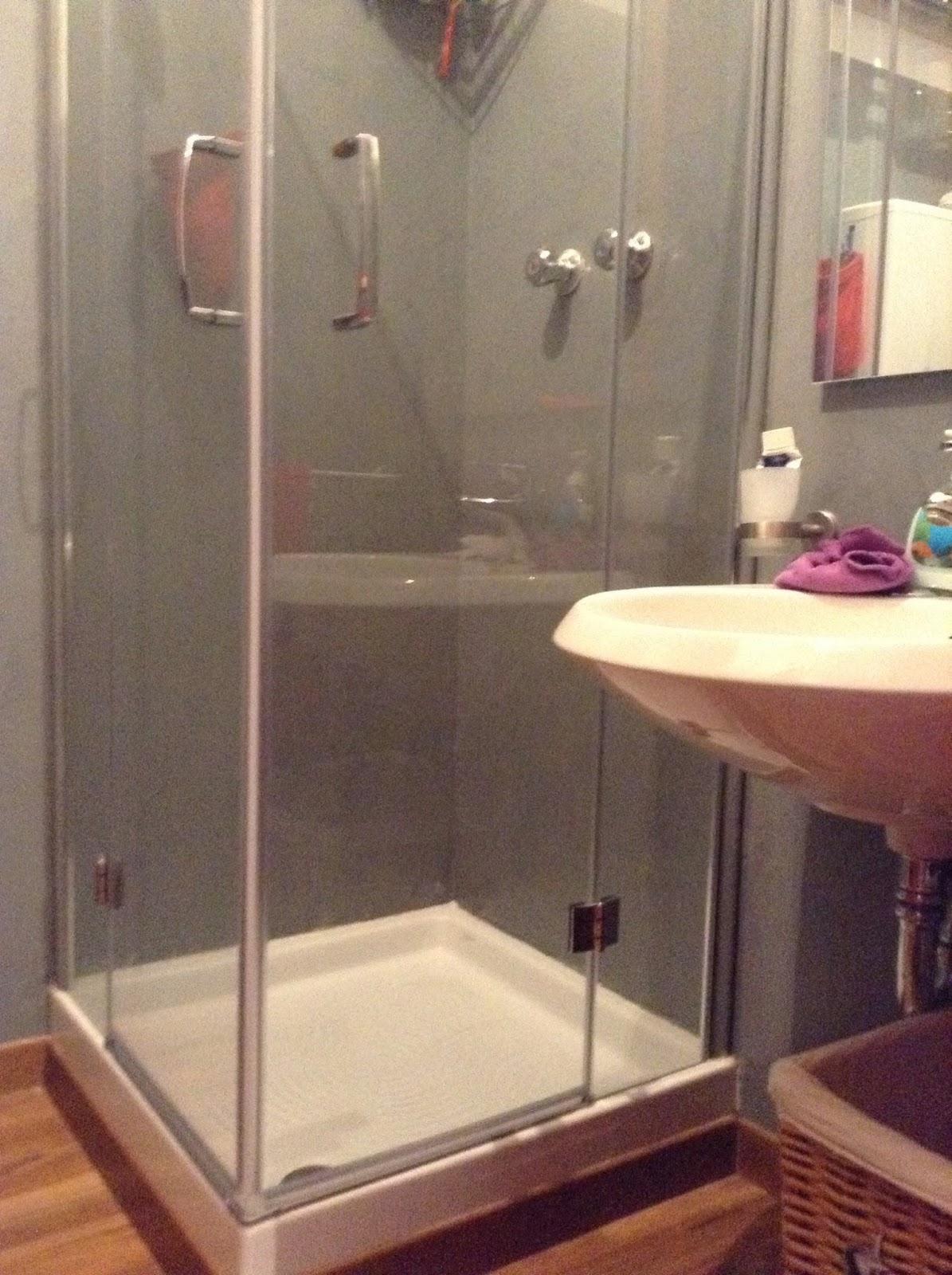 Coprire le piastrelle del bagno - Rifare il bagno del camper ...