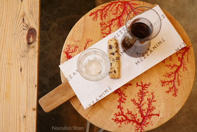 Memotret kopi di Mezzanine Coffee and Eatery sebelum diseduh