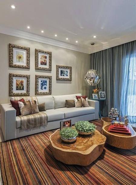 Ambiente com toques rústicos com tapete listradinho colorido em tons terrosos