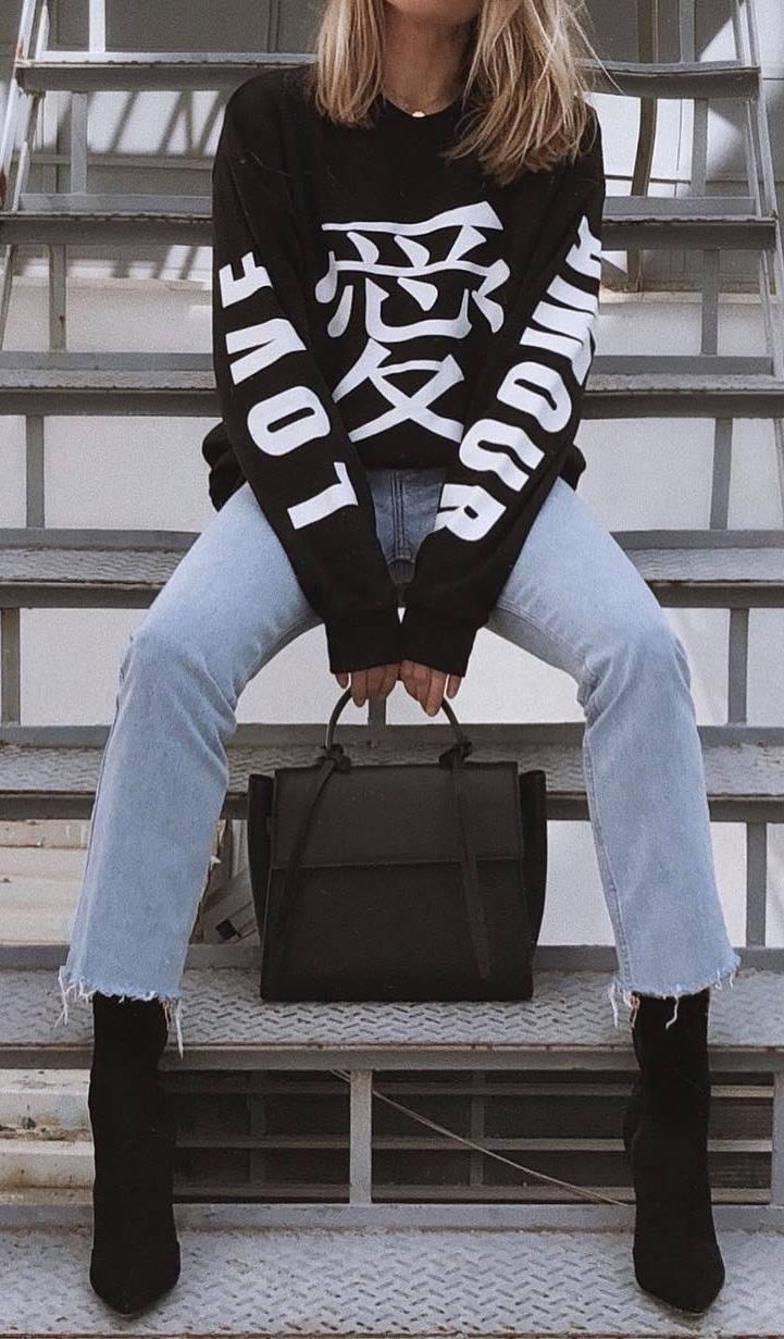 street style addict / black printed sweatshirt + boyfriend jeans + bag + boots