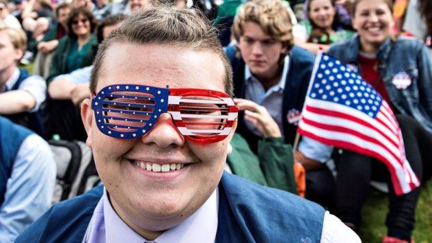 "Penduduk Amerika Merayakan Hari ""The Fourth of July"""