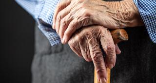 Παππούς πήγε για αξονική και αντί για σκιαγραφικό του έδωσαν… ρακή