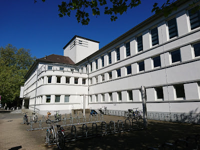 Fassade des in der Weimarer Republik gebauten ehemaligen Stadtbads Braunschweig, heute Bürgerbadepark. Im strahlenden Sonnenschein.