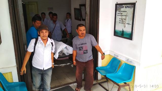 Jenazah korban saat dijemput keluarga ke RSU Dr Djasamen Saragih Pematangsiantar.