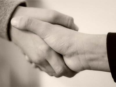 Cara Agar Orang Tertarik Saat Bersalaman