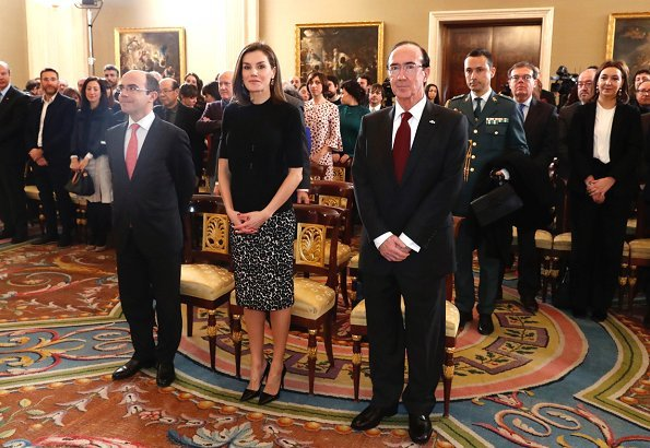 Queen Letizia wore Roberto Verino Jacquard pencil skirt and Queen Letizia wore Prada Toe Pump Queen Letizia Style. Queen wore black sweater