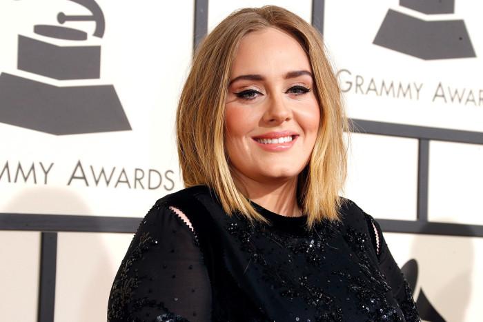 Adele ayudó a una mujer a pedirle matrimonio a su novio.