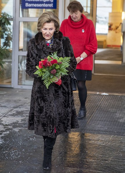 Queen Sonja of Norway made a Christmas visit to the Children's Centre of Oslo University Hospital