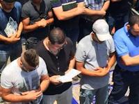 Pria Berkalung Salib Berada di Tengah Jamaah Muslim Yang Sedang Shalat, Yang Dilakukannya Bikin Haru