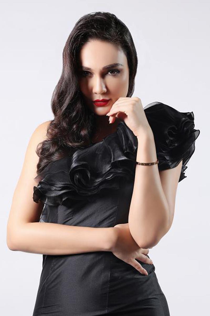 Paha Mulus artis cantik LUna Maya cantik dengan gaun hitan Elegan