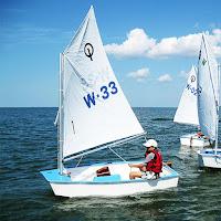 Küçük ve yelkenli optimist tekne