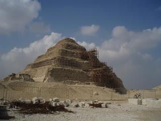 Pirámide de Sakkara, Se encontró tumba de Horambeb