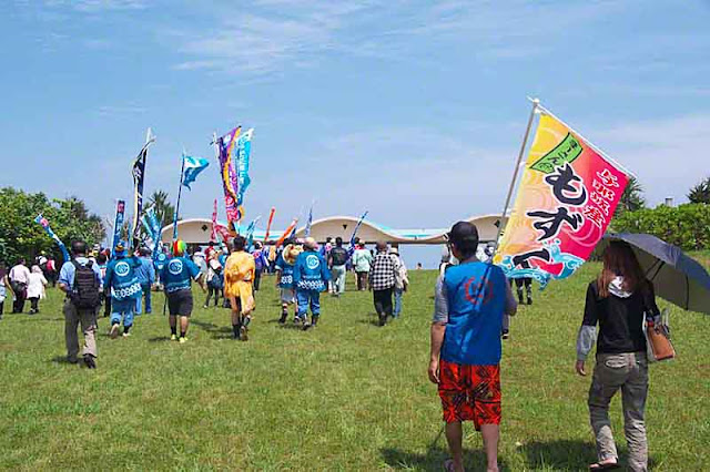 parade, festival, Henza, island, Sanguacha, banners, flags, people