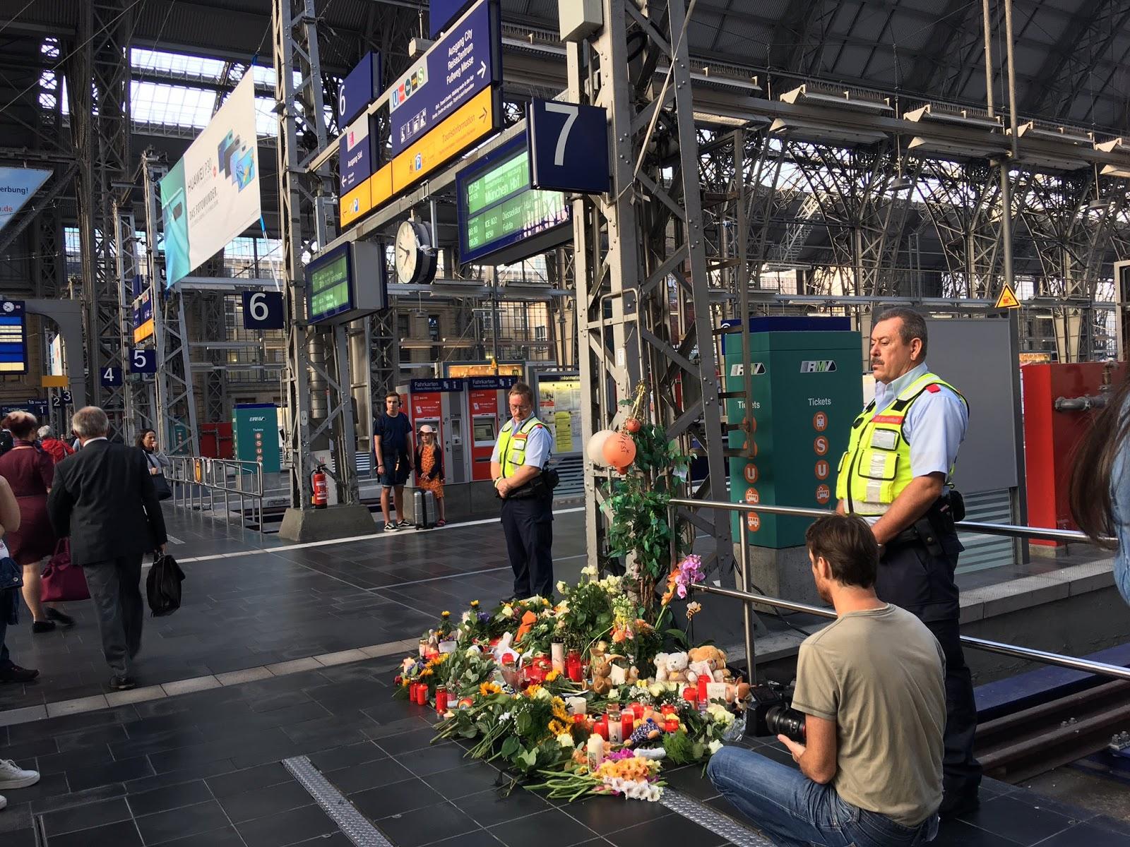 Frankfurtē vīrietis zem vilciena pagrūda 3 cilvēkus.