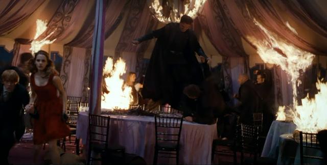 Смъртожадни нападат сватбата на Бил и Фльор в Хари Потър и даровете на смъртта