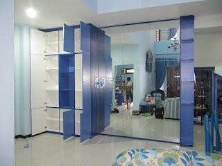 Desain Lemari Dinding dan Cermin Dinding Besar Ruang Keluarga