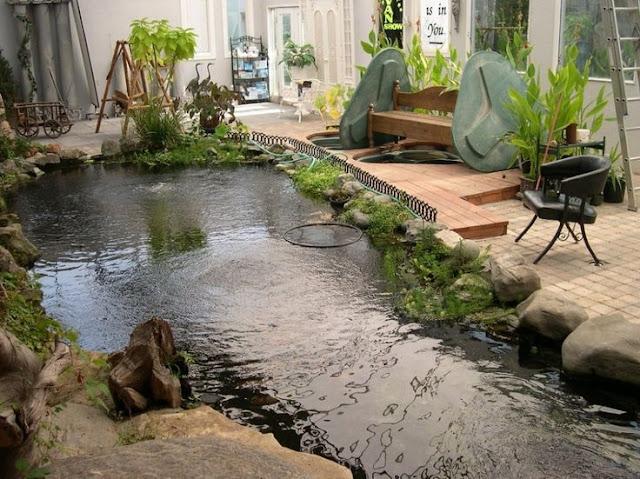desain taman minimalis jepang dengan kolam ikan dan hiasan batu batu alam