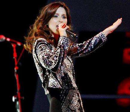 Foto de Francisca Valenzuela cantando en el escenario