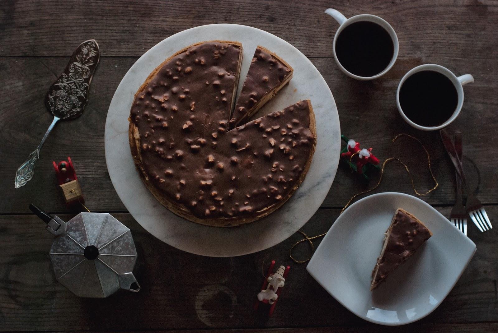 Sernik Speculoos z polewą czekoladową i orzechami