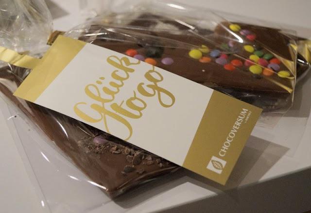 Die 7 schokoladigsten Gründe für einen Besuch im Chocoversum. Das Chocoversum in Hamburg ist die schokoladigste Adresse in Hamburg und definitiv einen Besuch wert! Schokolade ohne Ende und Ihr mittendrin - ist das nicht ein Traum? Auf Küstenkidsunterwegs liefere ich Euch 7 schokoladige Gründe für einen Besuch im Chocoversum und erzähle Euch, was wir mit unseren Kindern dort alles erlebt haben.