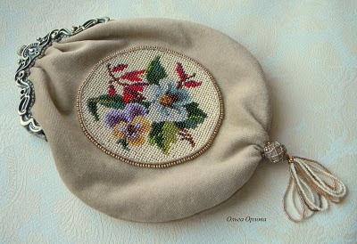 1. Нужно сделать выкройку, на фото видно как сумочка соответствует фермуару, добавлена ширина на складки и пологость...