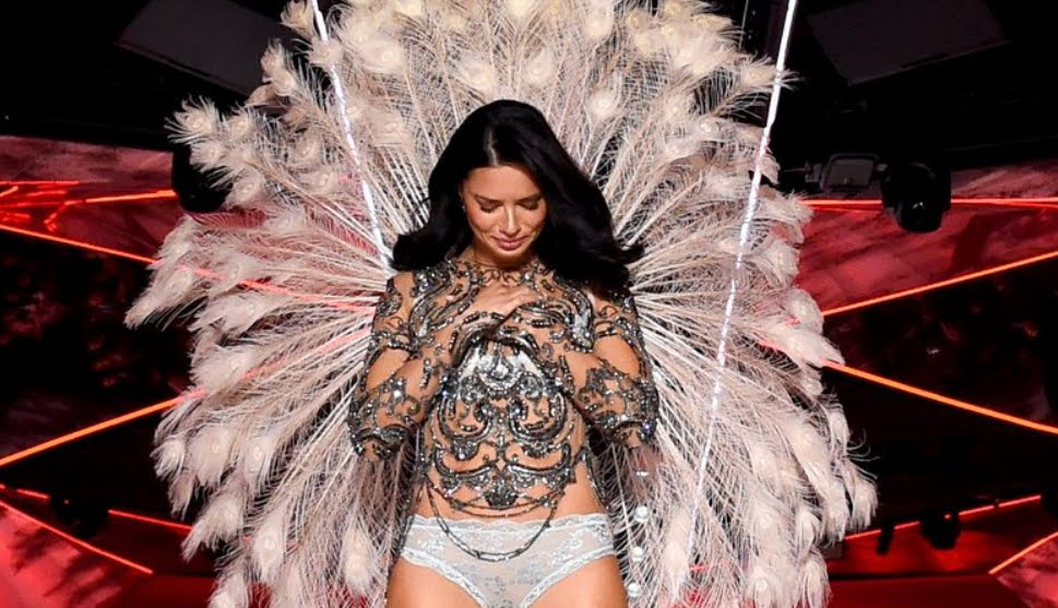 Adriana Lima, addio in lacrime al Victoria's Secret Fashion Show.