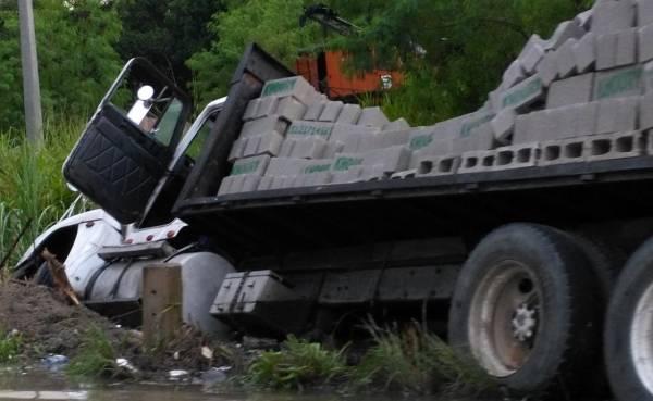 Aparatoso accidente entre dos patanas y otros siete vehículos en la autopista 6 de Noviembre