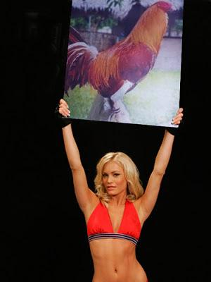 mujer lebantando gallo gallo
