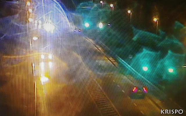luces de vehículos y farolas en mitad de una noche lluviosa