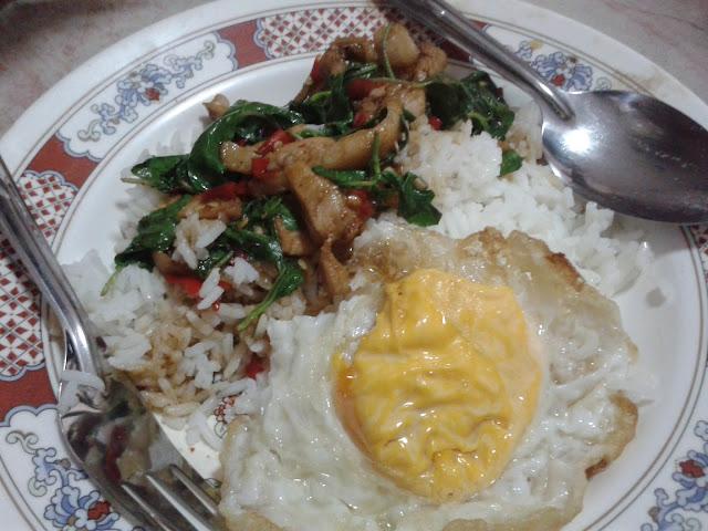 เมนูอาหารตามสั่ง ข้าวกรพเพราไก่ไข่ดาว