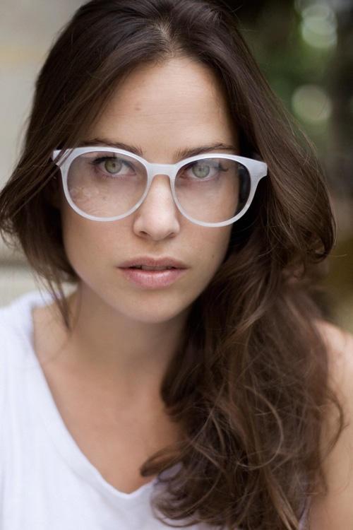 Gostou do óculos geek  O legal é usar a armação com o make leve para deixar  o foco para a peça. 1156893e64