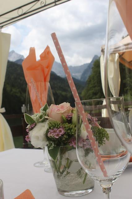Kaffeetisch auf dem Floss - Mr & Mrs - kleine Hochzeit zu Zweit in Garmisch-Partenkirchen, Bayern, im Hochzeitshotel Riessersee Hotel - Just a two of us - Wedding in Bavaria during your holidays