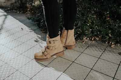 Botas Musse and Cloud Maxine de piel con detalles de hebillas disponibles en Vives Shoes