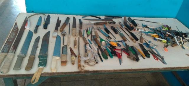 Mais de R$ 8 mil e cerca de 250 armas brancas foram encontrados no Presídio de Glória