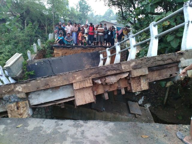 Arus Deras Tersumbat Bambu, Jembatan Desa Ronggomulyo Ambrol