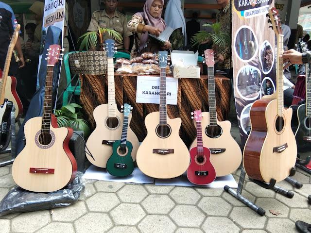 Produksi Gitar Kayu, Pemuda Desa Karangsari Raup Omset Ratusan Juta Perbulan