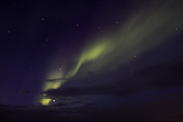 La aurora boreal a lo largo del cielo