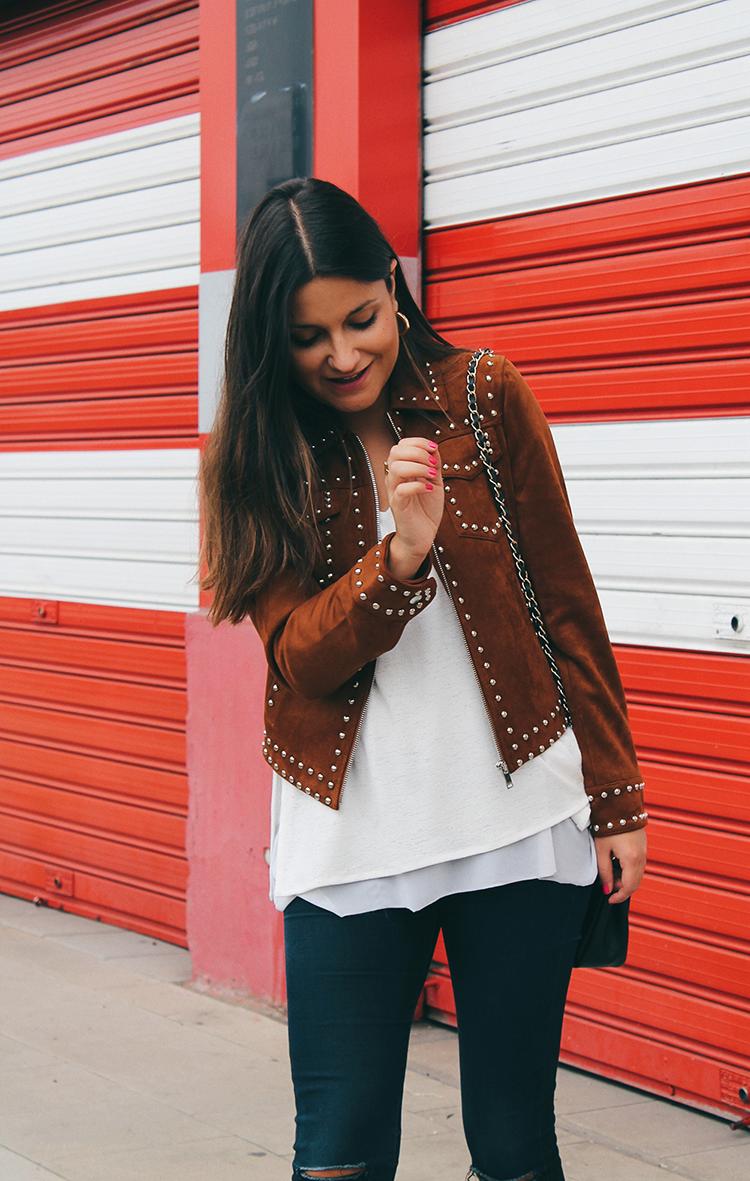 Look de otoño con chaqueta de ante y tachas