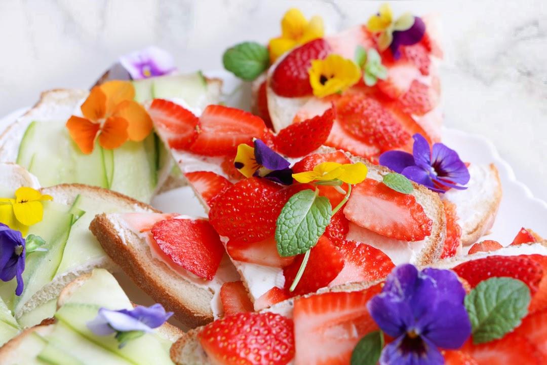 Sándwiches Primavera, Pepino, queso crema y fresas