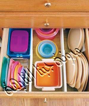 تقسيم أدراج المطبخ بفواصل تسهل وضع أكبر كمية من أوانى المطبخ (علب حفظ المأكولات )بداخلها كما تم ترتيب أغطية العلب  بطريقة طولية تسهل الحصول علي علب الثلاجة وأغطية العلب