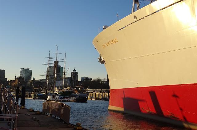 Museumsschiff Cap San Diego am Hafen Hamburg mit Hafenschleppern, Barkassen und Hotel Hafen Hamburg