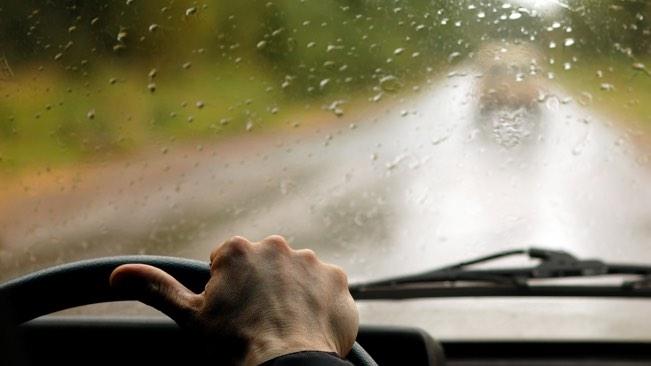 Tips Berkendara Mobil Saat Hujan