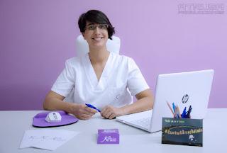 Profesional en mesa con logos de empresa